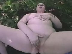 Fat chick taking good pussy massage